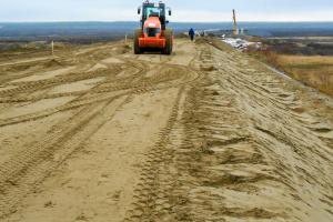 Она строится без малого 30 лет. Правительство России выделило четыре миллиарда рублей для продолжения стройки дороги Нарьян-Мар – Усинск