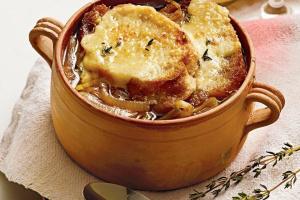Луковый суп со свиным салом и сыром
