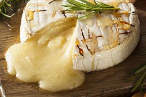 Сыр бри, запеченный в тесте с беконом