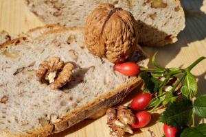 Хлеб фасолевый с луком и орехами