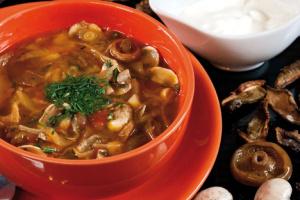 Мясная солянка с маринованными грибами