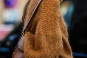 С чем носить коричневые и бежевые свитеры